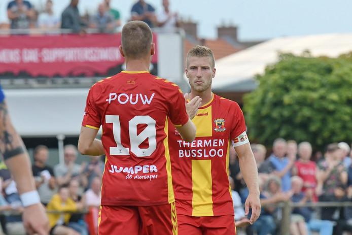 De Oldenzalers Alexander Bannink (10) en Wout Droste spelen komend seizoen voor Go Ahead Eagles.