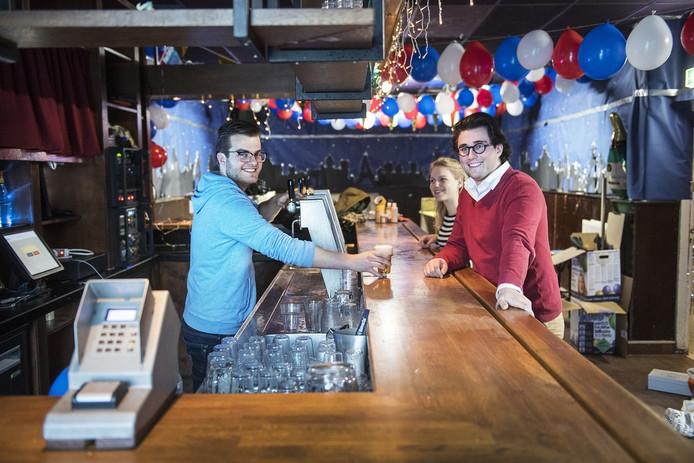 Milton Solleveld tapt bier voor Ovum-voorzitter Mart de Vree. Links: het nieuwe betaalsysteem.