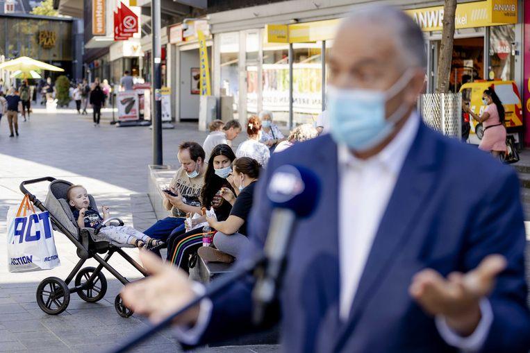 In Rotterdam geldt op drukke plekken al een mondkapjesplicht. Het handhaven van de quarantaineplicht noemt veiligheidsregio Rotterdam-Rijnmond 'verschrikkelijk moeilijk'. 'We kunnen niet bij iedere deur een agent neerzetten.' Beeld ANP