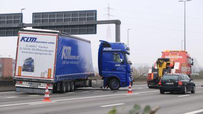 Geschaarde vrachtwagen botst tegen middenberm