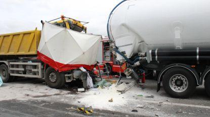 Bestuurder van vrachtwagen sterft bij ongeval op E17 in Marke: snelweg versperd, verkeer staat stil