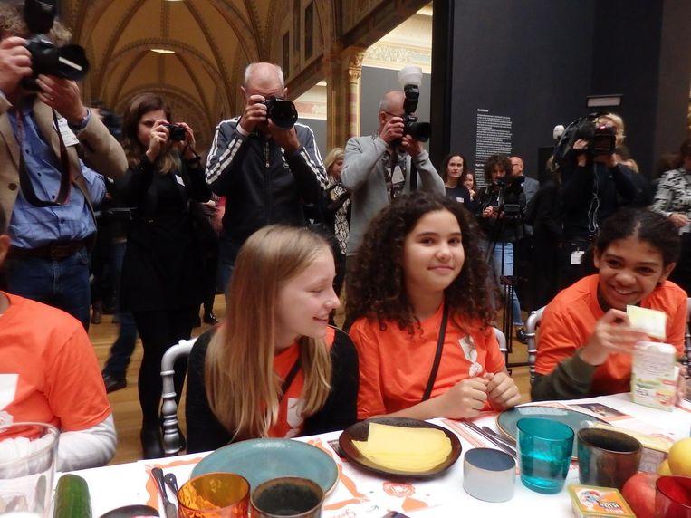 Kiki, Rania en Liz eten rustig hun ontbijtje. Kiki: 'Nee, helemaal niet rustig. Rania is al drie keer geschrokken van zo'n camera.' Beeld Schuim