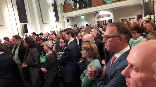 Aandachtig wordt in een volle Annakapel  in Zundert geluisterd naar de nieuwjaarsrede van burgemeester Leny Poppe-de Looff