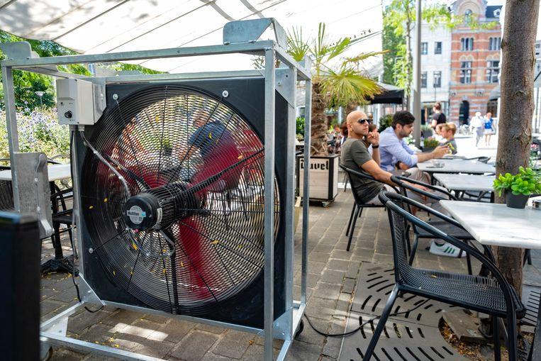 Bistro Theo installeert zeer grote ventilator op het terras voor koelte te geven aan te klanten