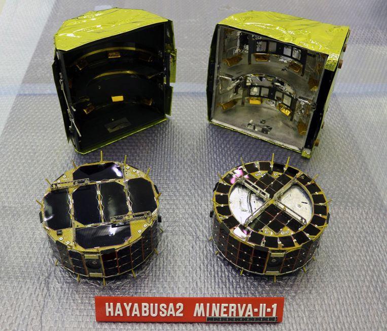 De twee Japanse rovers toen ze nog niet op een asteroïde huppelden.
