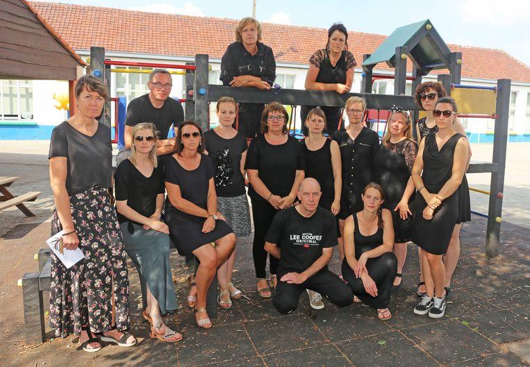 De leerkrachten van De Kiem trokken vandaag in zwarte kledij naar de school.