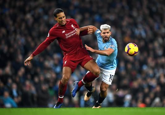 Virgil van Dijk heeft handen en voeten nodig tegen City-aanvaller  Sergio Agüero.