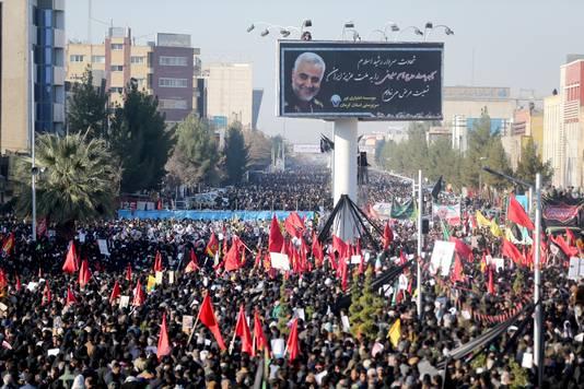 Iraniërs wonen de uitvaartprocessie van Soleimani in Kerman.