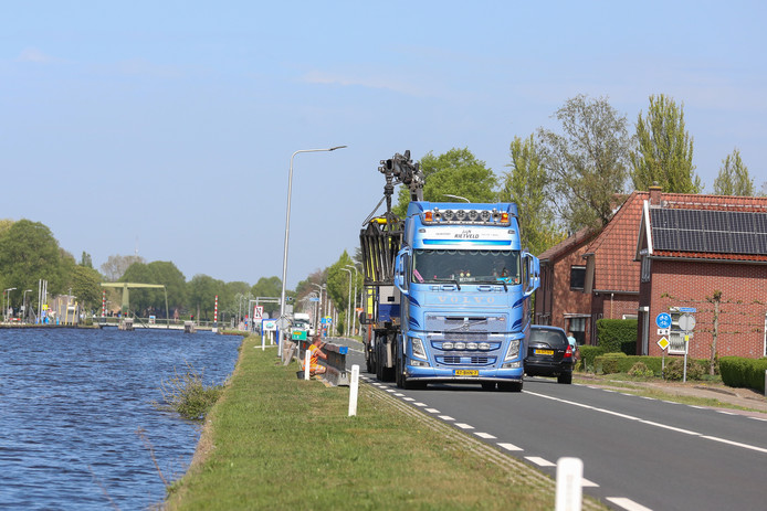 In Vriezenveen is de berm al afgezet, in Daarlerveen worden barricades geplaatst.