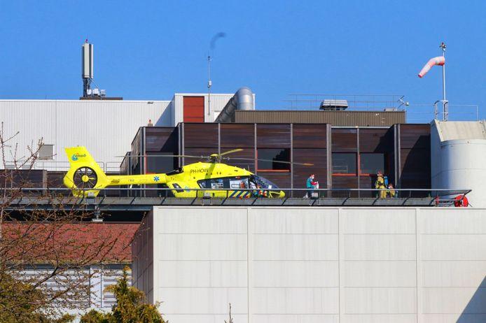 Coronapatiënten zijn zaterdagochtend met een traumahelikopter (Lifeliner5) naar het MST in Enschede gebracht.