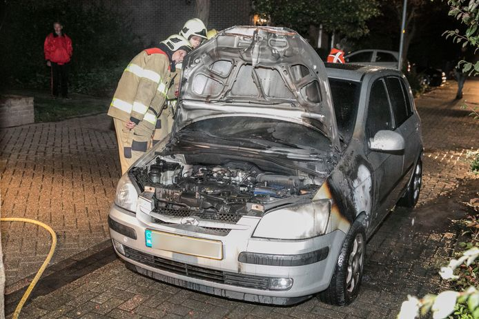 De Doesburgse brandweer blust een auto in de Smitsweide.