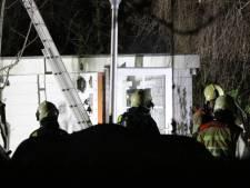 Bewoners vluchten op tijd van brandende woonark in Breukelen