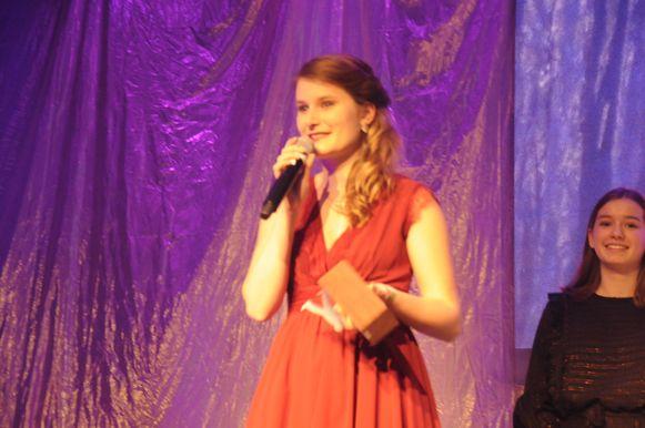 Nicky was verrast maar heel blij met haar award van Jongere van het Jaar.