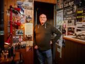 Zingende kapper Cees Geluk stopt pas als zijn laatste vaste klant sterft