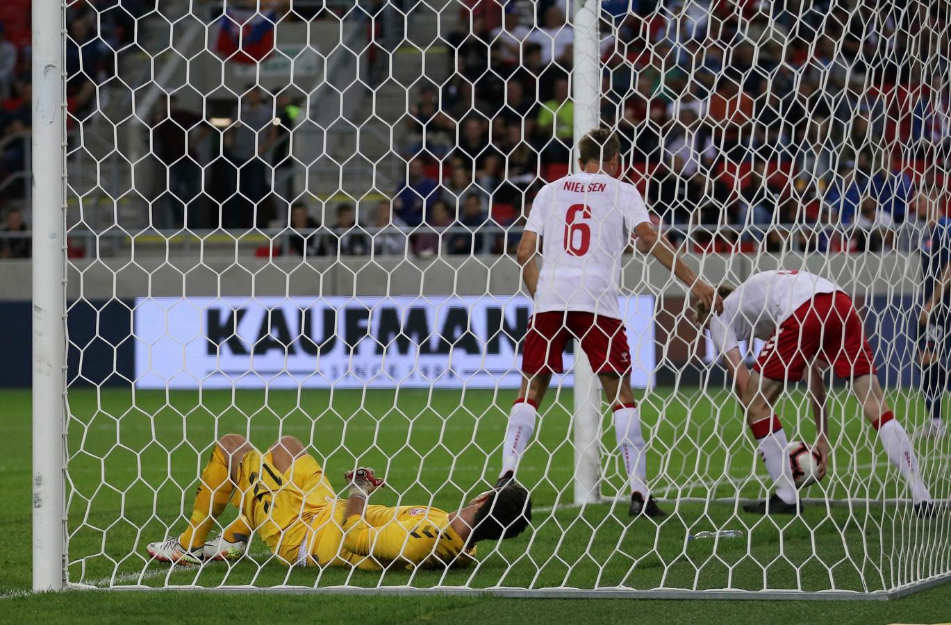 De Deense doelman Christoffer Haagh is verslagen door een eigen goal van Adam Fogt, normaal gesproken zaalvoetbalinternational.