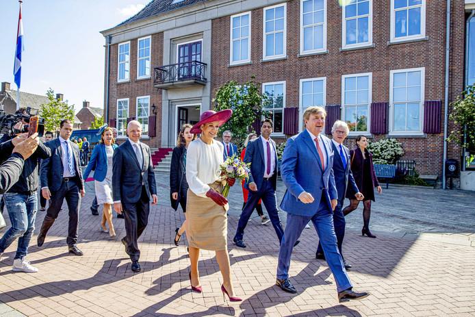 Koning Willem-Alexander en koningin Maxima bij het gemeentehuis van Neder-Betuwe tijdens het streekbezoek aan de Betuwe.