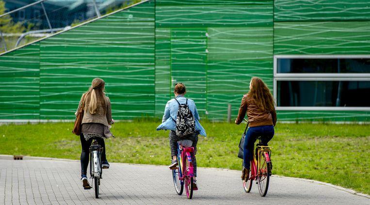 Studenten fietsen naar het Zernike-complex. Beeld anp