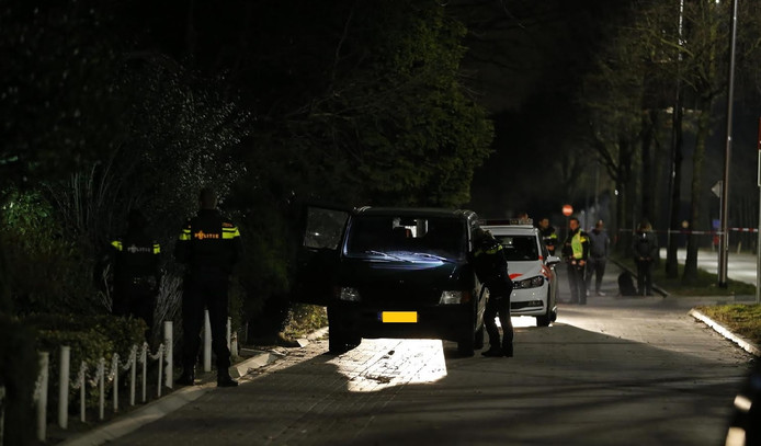 De politie is op zoek naar een vuurwapengevaarlijke man in Dorst.