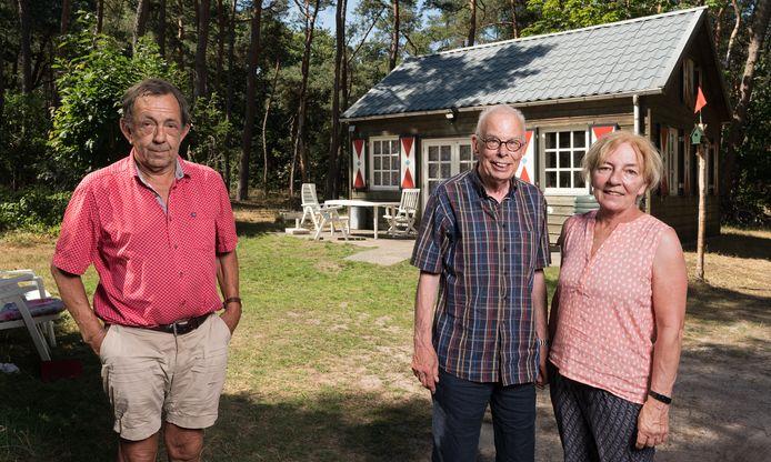 Eigenaar Jan van Heesbeen (links) samen met de Haagse vakantiegangers voor het natuurhuisje in de bossen bij Drunen.