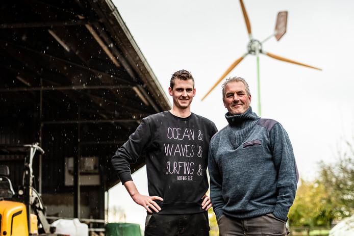 John van der Salm en zoon Jeroen vertellen trots over hun eigen windmolen.
