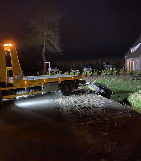 Auto belandt in sloot bij ongeluk in Herpen