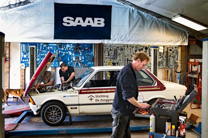 Samen sleutelen aan een rally-BMW. Ook mogen de leerlingen er in rijden tijdens evenementen.