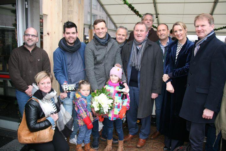 Kapellenaar Stijn Wuyts (37) kreeg van het schepencollege een bos bloemen en aankoopcheques van 100 euro.