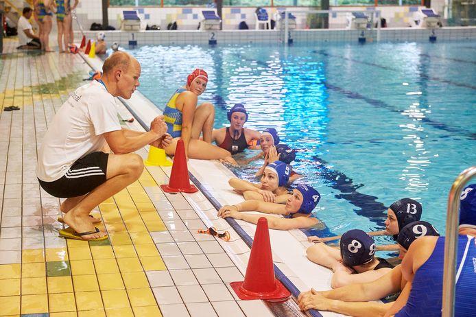 Training waterpolo dames 1 Arethusa in het golfbad te Oss. Coach Hans Willemsen links. Fotograaf: Van Assendelft/Jeroen Appels