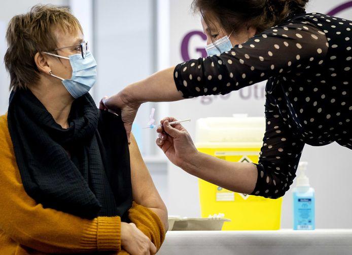 Beeld ter illustratie: Een zorgmedewerker laat zich vaccineren tegen het coronavirus.
