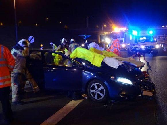 Het ongeval gebeurde omstreeks 0.45 uur ter hoogte van het klaverblad, in de richting van Nederland. Brandweerzone Zuid West Limburg moest ter plaatse komen om de bestuurder te bevrijden