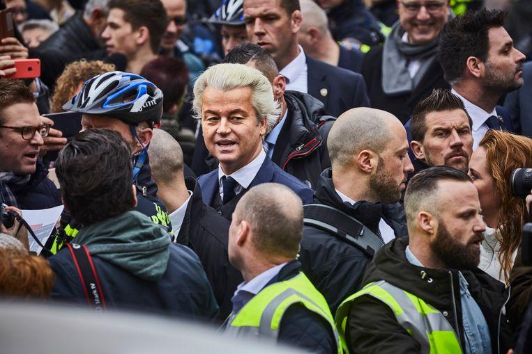 Geert Wilders, omringd door zijn beveiligers. Beeld Jan de Groen