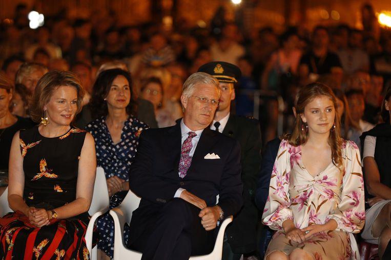 Koningin Mathilde, Koning Filip en Kroonprinses Mathilde in afwachting van het vuurwerk.