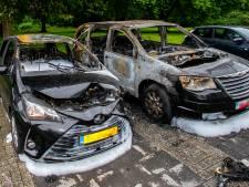 Twee auto's verwoest bij brand in Dordrecht, schade aan nog eens vijf auto's