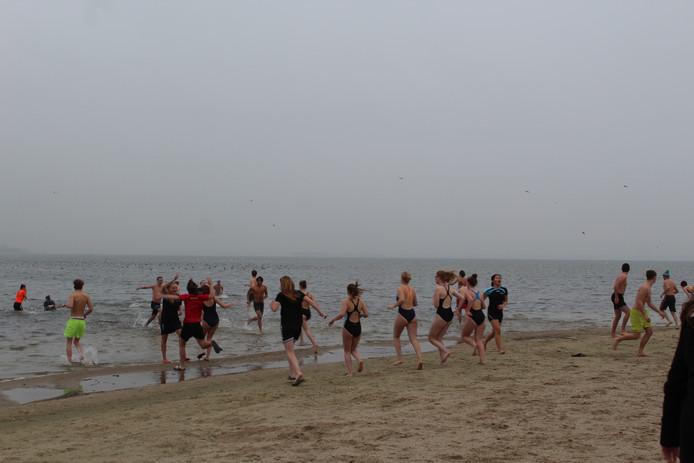Na de groepsfoto gingen ze het koude water in. Begin van een mooi jaar op Sport en Bewegen.