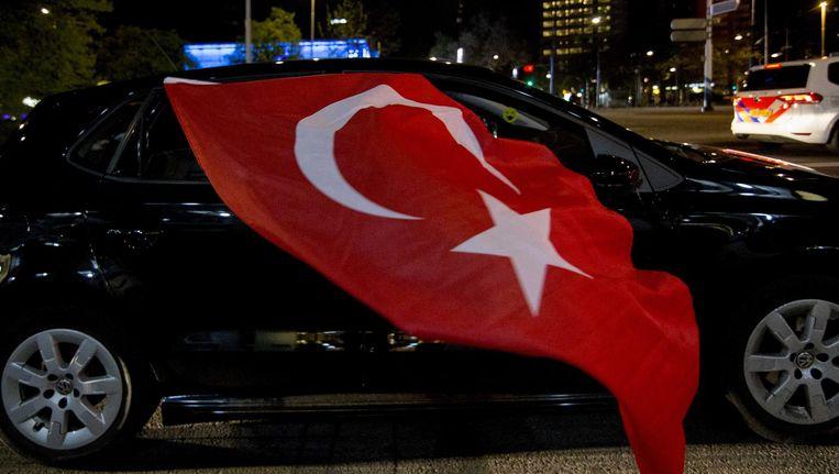 Turks Nederlandse aanhangers van Erdogan vieren de uitslag van het referendum, april 2017. Beeld anp