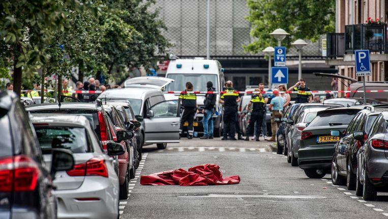 De Eendrachtstraat werd door de politie hermetisch afgesloten na een familiedrama, juli 2016. Beeld Raymond Rutting