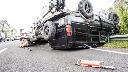Als bij wonder niemand gewond: terreinwagen over de kop nadat aanhangwagen gaat slingeren op N60