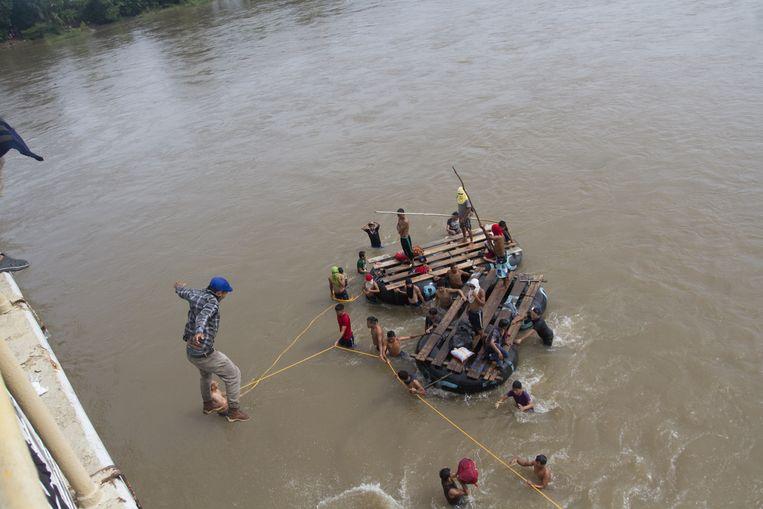 Migranten gaan te water om de grens met Mexico over te steken. Beeld EPA