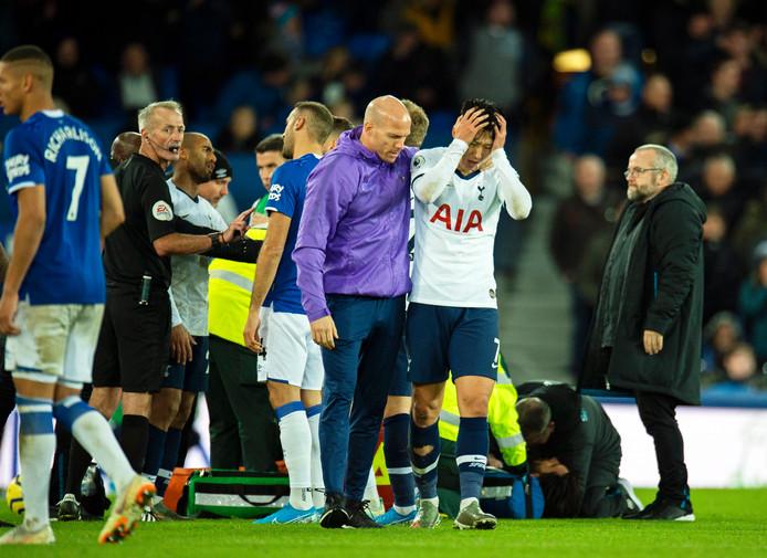 Heung-min Son verlaat in tranen het veld.