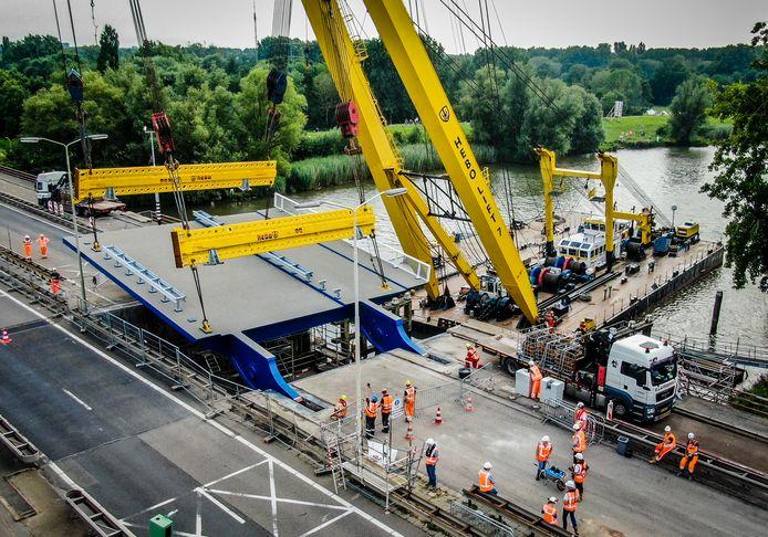 Na elf maanden werk kan ook de scheepvaart de Wantijbrug weer passeren.
