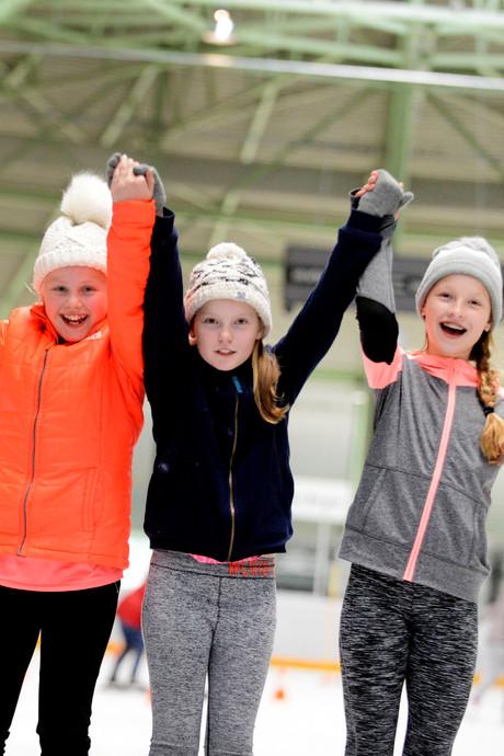 Winterpret onder de lentezon op schaatsbaan in Enschede