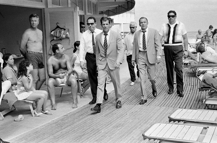 Frank Sinatra tijdens de opnamen van The Lady in Cement, Miami Beach, 1968. Beeld Terry O'Neill / Courtesy Eduard Planting Gallery