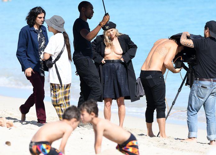 Kate Moss posait en blazer noir sur la plage de Miami en vue de la prochaine campagne Dior
