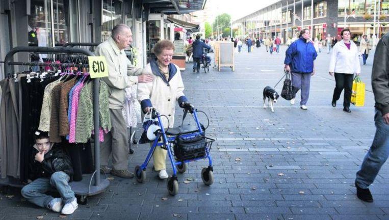 Winkelcentrum in de Haagse wijk Morgenstond. Volgens de PVV zorgden duiven, 'vooral gevoerd door allochtone broodgooiers', voor overlast. Foto: Joël van Houdt Beeld
