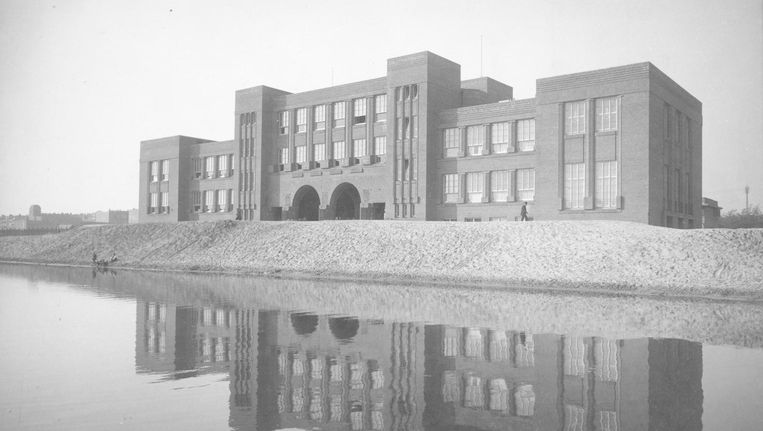 Het schoolgebouw aan het Valeriusplein, begin jaren twintig, voor de aanleg van de brug over het Noorder Amstelkanaal Beeld Stadsarchief