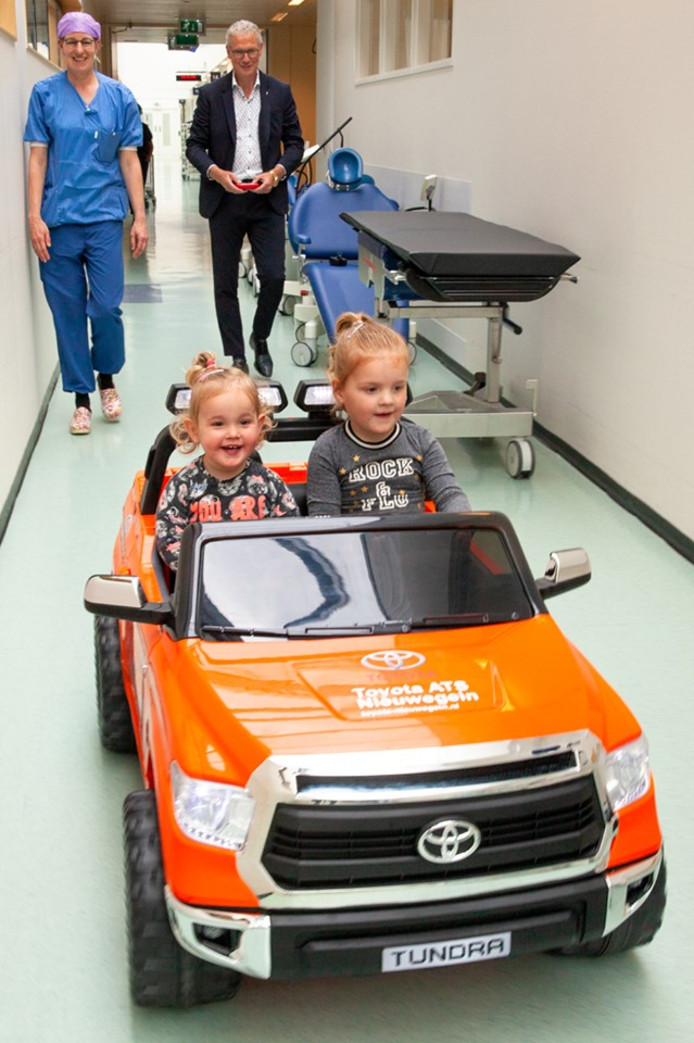 Blije gezichtjes in de ziekenhuisgangen: een ritje met de mini-auto is een succes.