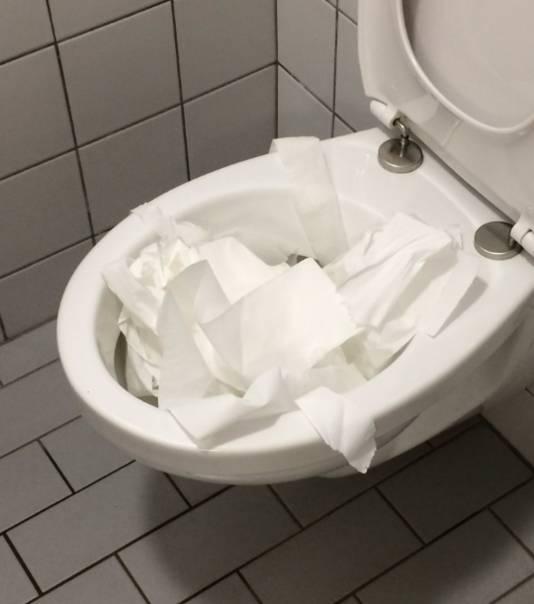 Wc-papier in het toilet