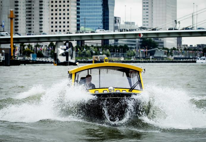 Schippers van de watertaxi doen dat vaak als bijbaan. Het Havenbedrijf wil niet dat hun medewerkers nog langs op de watertaxi varen.