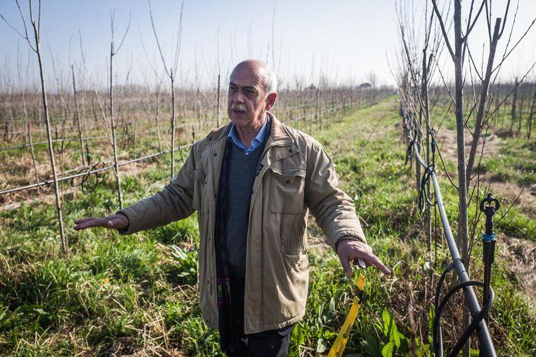 Mario De Biase leidt het inpakken van de giftige afvalbergen in Campanië. Beeld Nicola Zolin