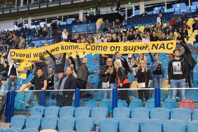 NAC supporters op de hoofdtribune .